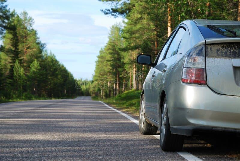 Carro na estrada finlandesa na floresta foto de stock