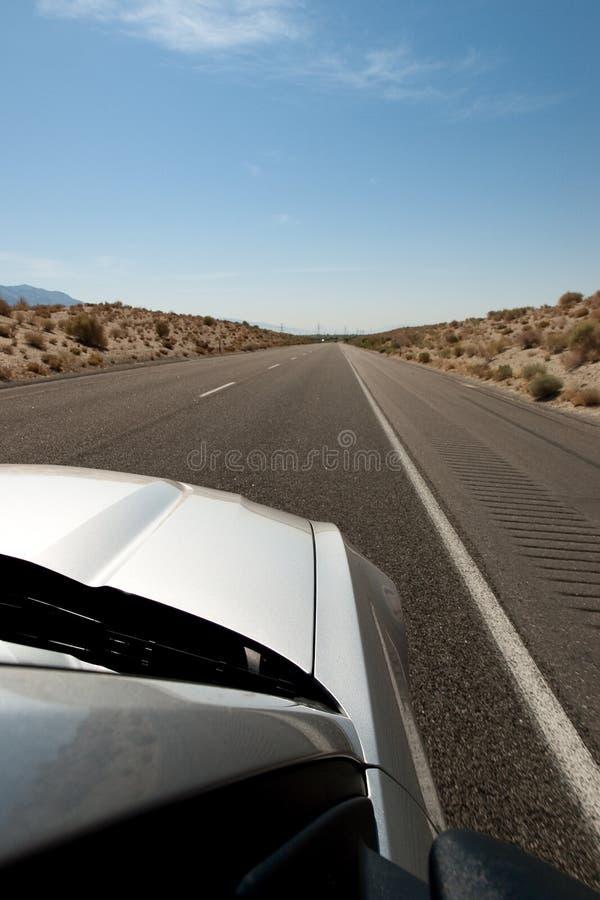 Carro na estrada infinita foto de stock
