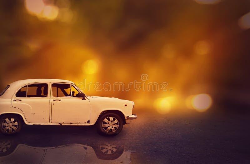 Carro na estrada no fundo da noite e do bokeh foto de stock
