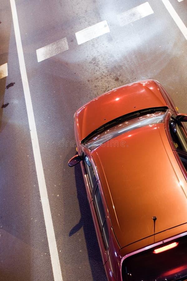 Carro na luz verde de espera da estrada imagens de stock royalty free
