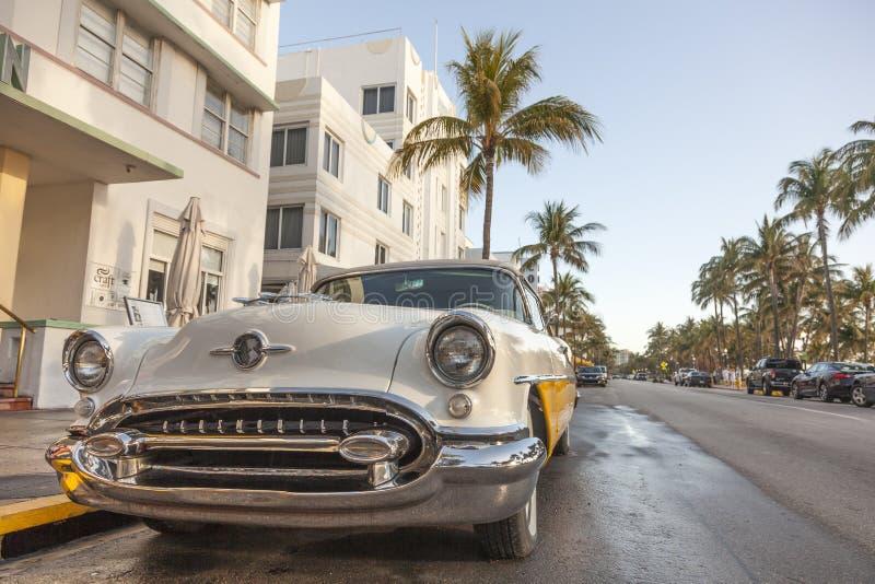 Carro na movimentação do oceano, Miami do vintage fotos de stock
