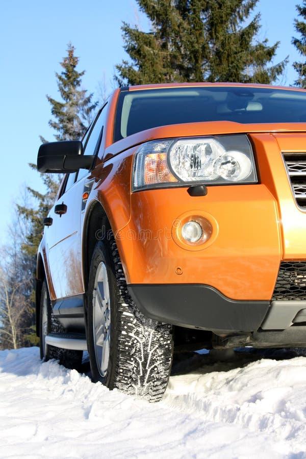 Carro na neve com pneus do inverno fotos de stock