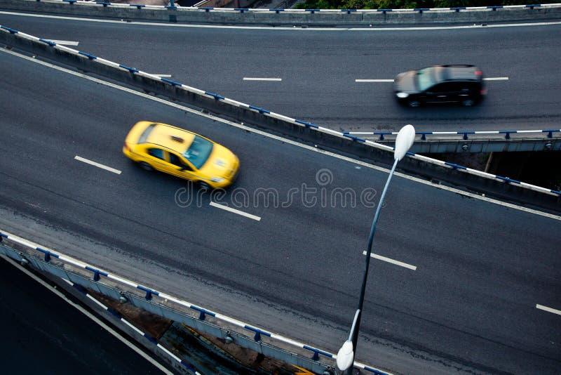 Carro na passagem superior fotografia de stock royalty free