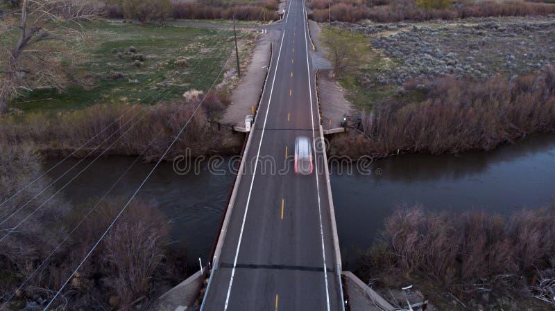 Carro na ponte no crepúsculo fotografia de stock
