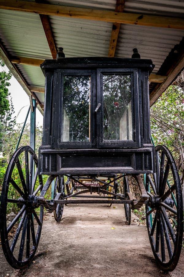 Carro negro del caballo del vintage/cochecillo traído por caballo foto de archivo