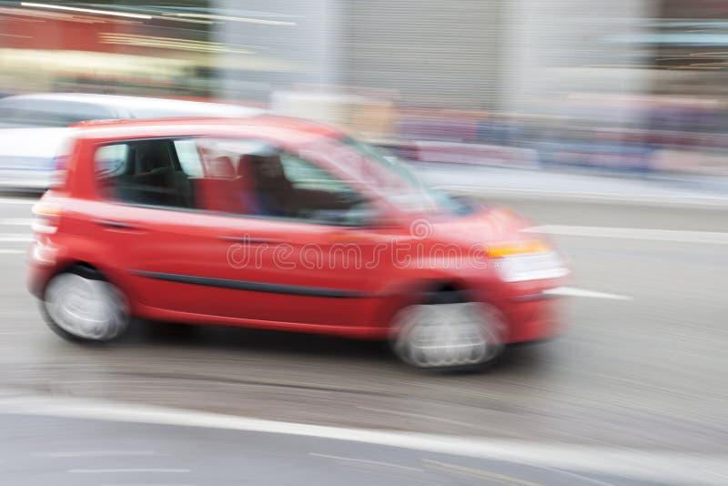 Carro no borrão de movimento, condução de carro rapidamente na cidade fotografia de stock