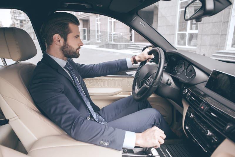 Carro novo da movimentação nova do teste do homem de negócio imagens de stock royalty free