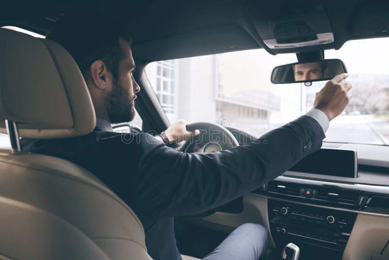 Carro novo da movimentação nova do teste do homem de negócio foto de stock royalty free