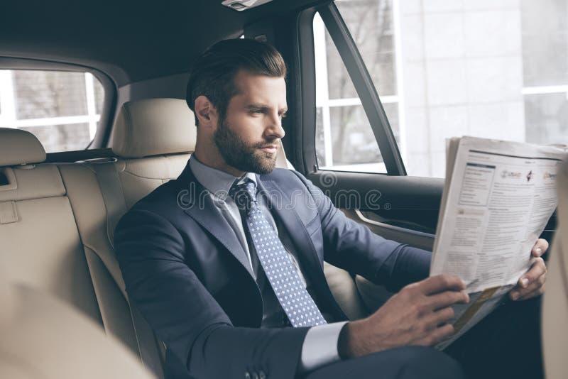 Carro novo da movimentação nova do teste do homem de negócio foto de stock