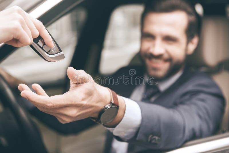 Carro novo da movimentação nova do teste do homem de negócio imagem de stock royalty free