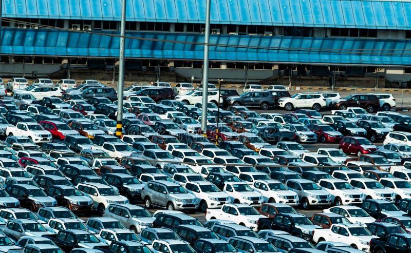 Carro novo estacionado em seguido no parque de estacionamento da fábrica Estoque do inventário de concessionário automóvel Indúst fotografia de stock royalty free