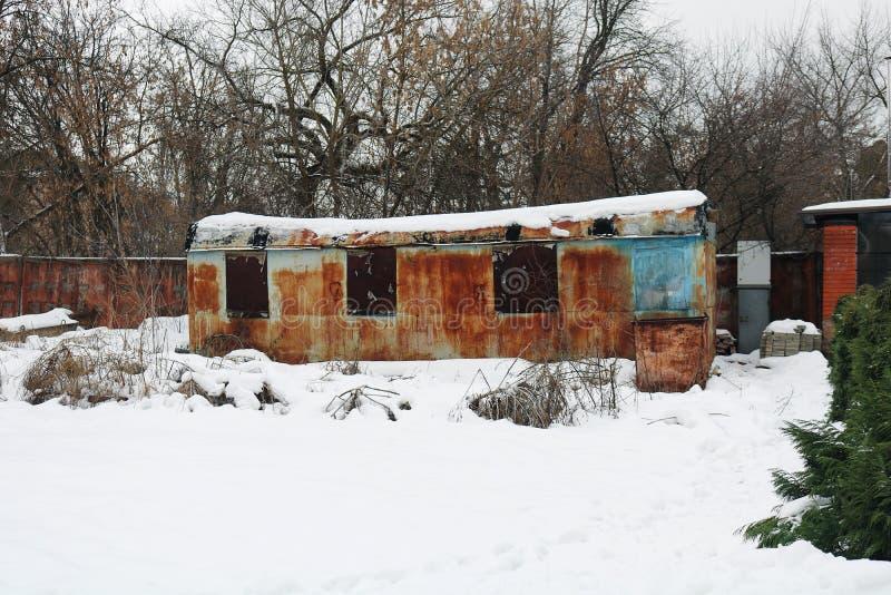Carro o remolque viejo, oxidado, abandonado fotografía de archivo