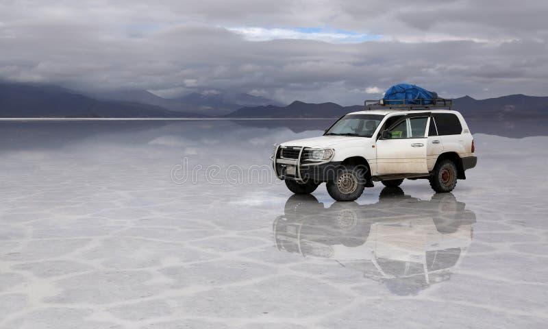 Carro Offroad em Salt Lake Uyuni Bolívia foto de stock