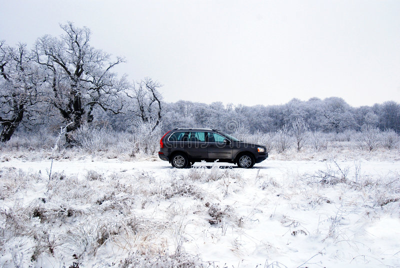 Carro offroad na neve imagem de stock royalty free