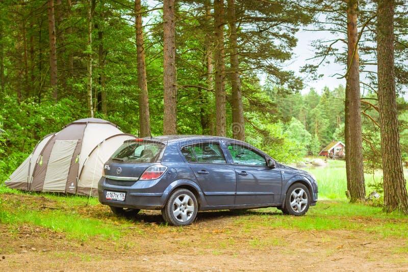 Carro Opel Astra H estacionado no acampamento Hamina, Finlandia, SuomiHamin foto de stock royalty free