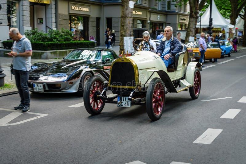 Carro Opel do vintage 5/12 de picosegundo, igualmente conhecido como o Puppchen Boneca, 1911 fotos de stock