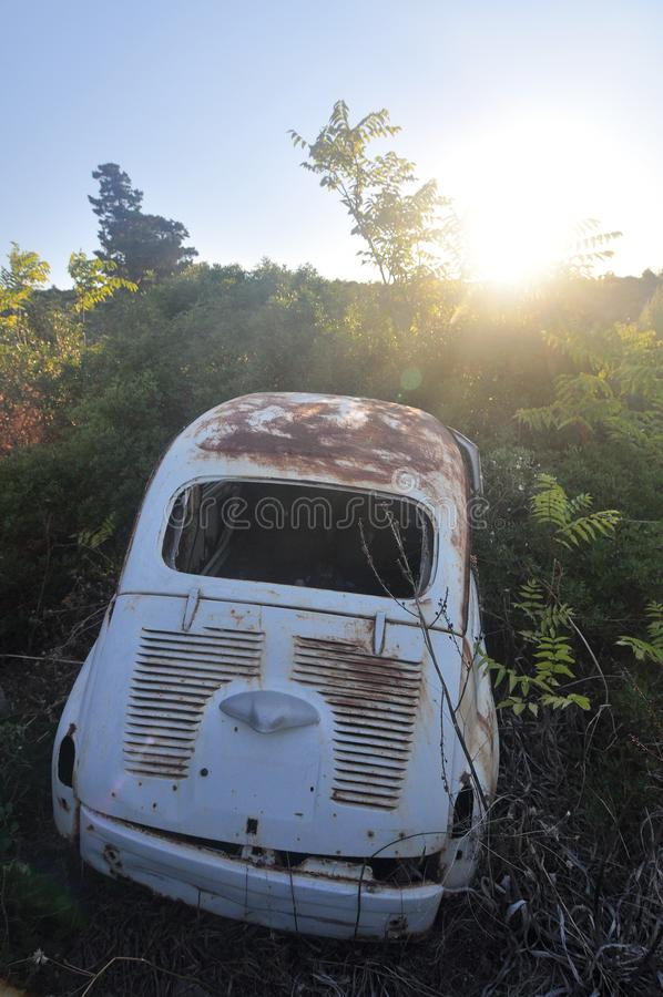 Carro oxidado abandonado velho foto de stock