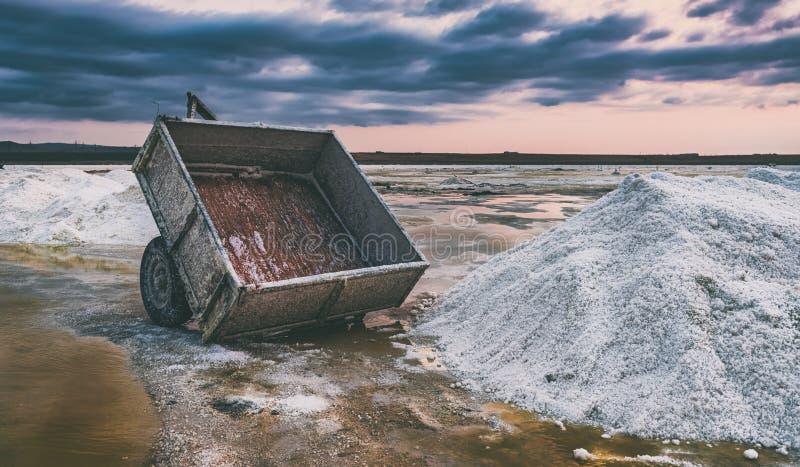 Carro oxidado em um lago de sal fotografia de stock