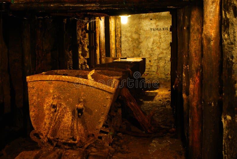 Carro oxidado na mina velha fotos de stock royalty free