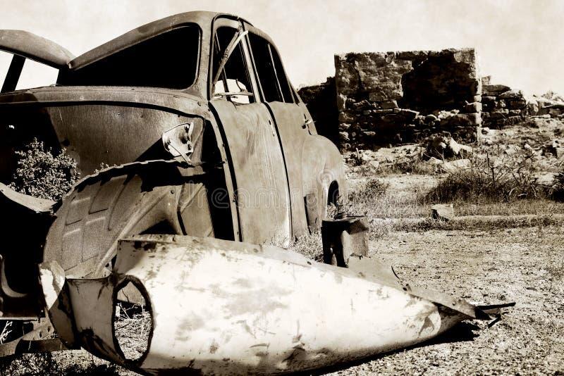 carro oxidado velho e ruínas   foto de stock