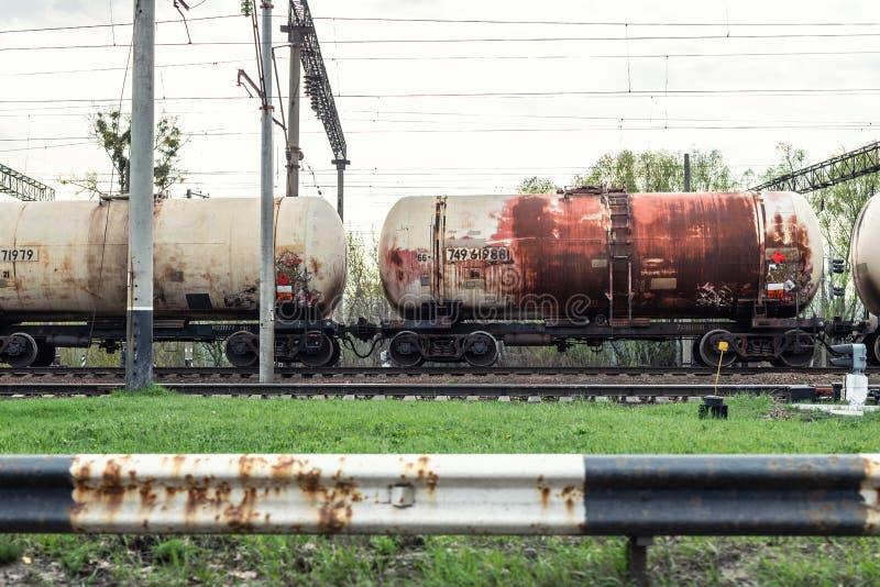 Carro oxidado viejo del petrolero en el ferrocarril Flete la cisterna líquida de las mercancías del transporte industrial imagen de archivo