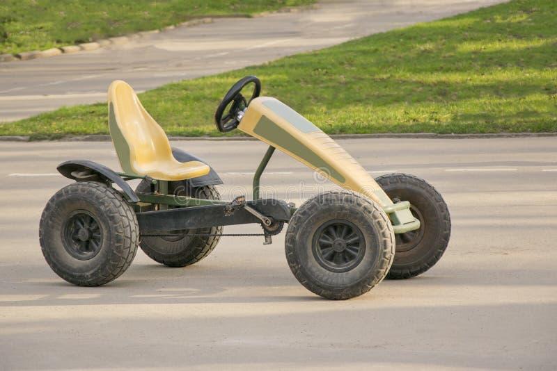 Carro pequeno com pares de pedais e de corrente nas engrenagens fotos de stock royalty free