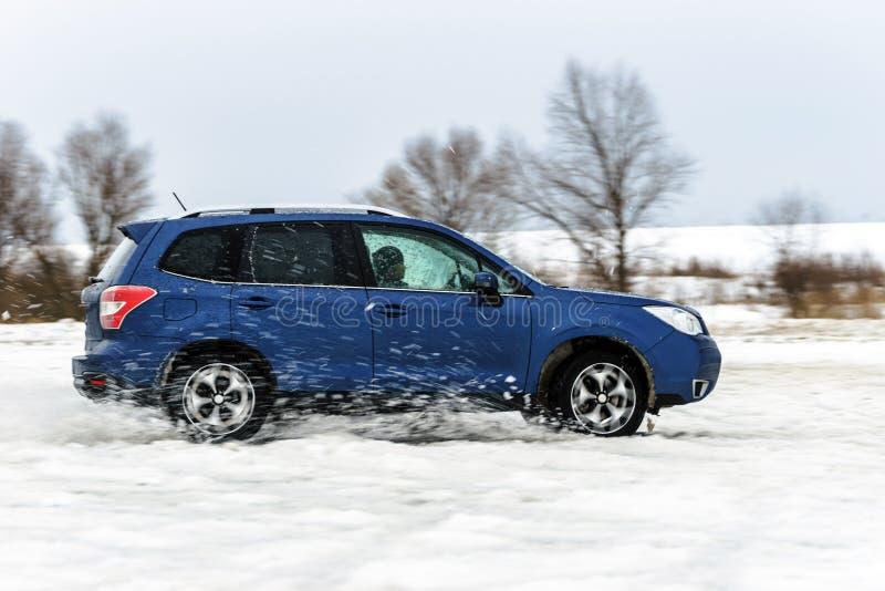 Carro poderoso do offroader que desliza pelo gelo do lago fotos de stock
