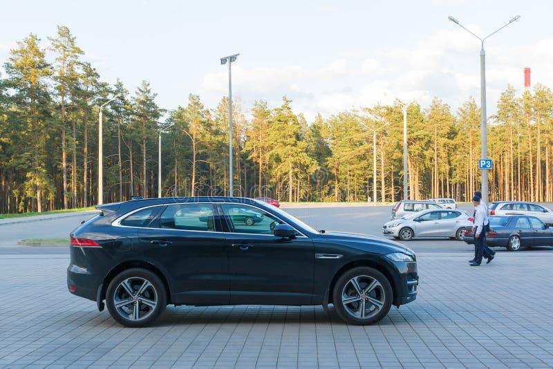 Carro poderoso no parque de estacionamento fotografia de stock