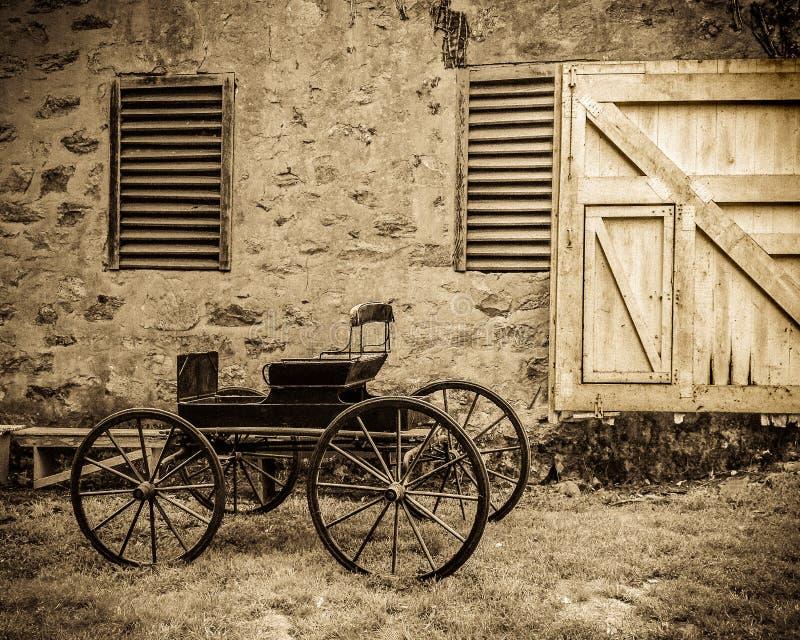 Carro por el granero imagen de archivo libre de regalías