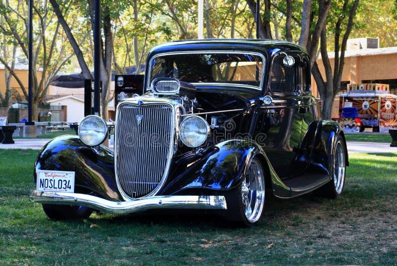 Carro preto clássico na feira automóvel dos bons rapazes foto de stock