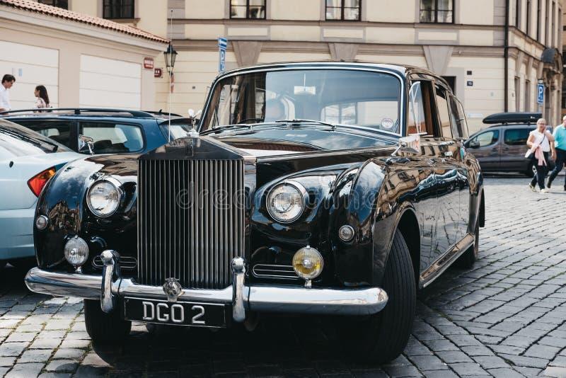 Carro preto velho de Rolls Royce em uma rua em Praga, República Checa imagens de stock
