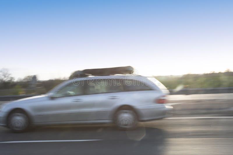 Carro que passa na alta velocidade imagens de stock