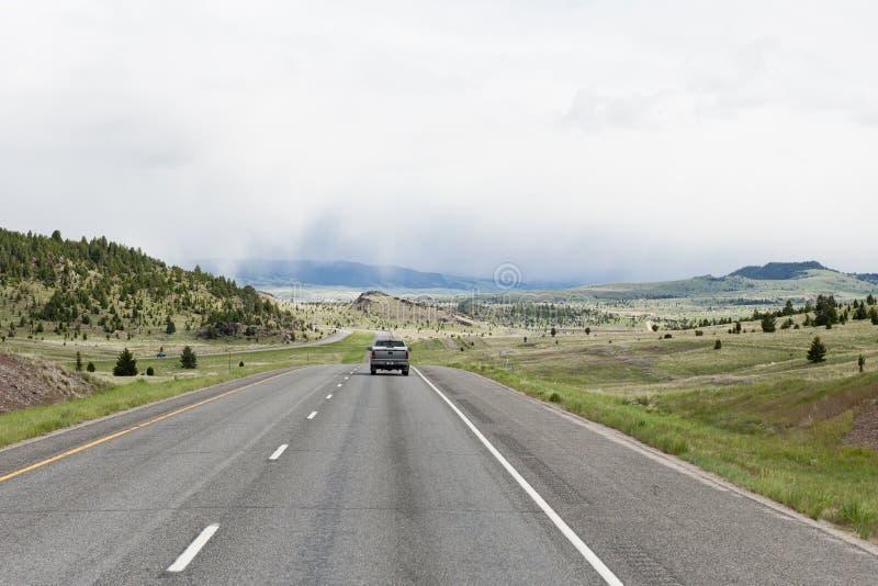 Download Carro que viaja na estrada imagem de stock. Imagem de americano - 10065119