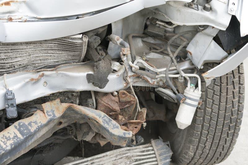 Carro quebrado após um acidente de tráfico fotografia de stock