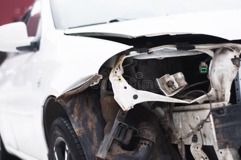 Carro quebrado após um acidente imagens de stock royalty free