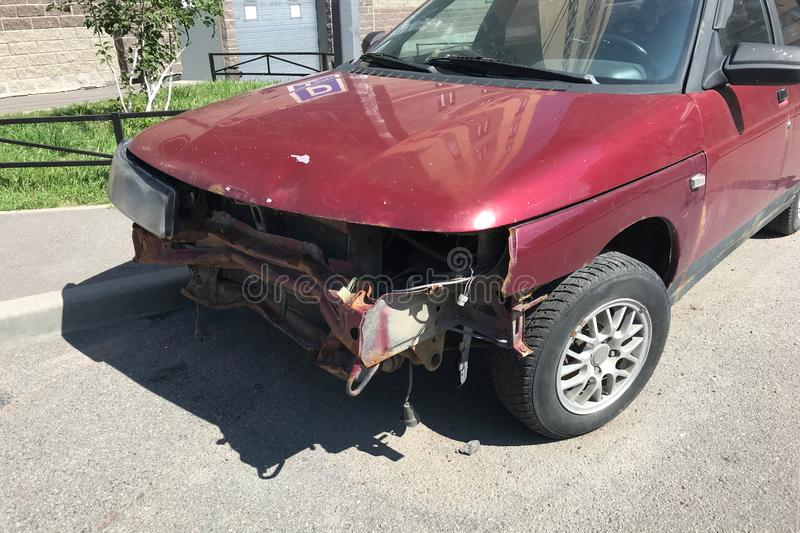 Carro quebrado velho após um acidente com um amortecedor, um radiador e um farol quebrados fotografia de stock royalty free