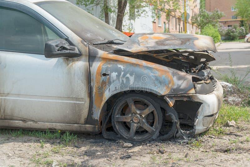 Carro queimado na rua imagem de stock royalty free