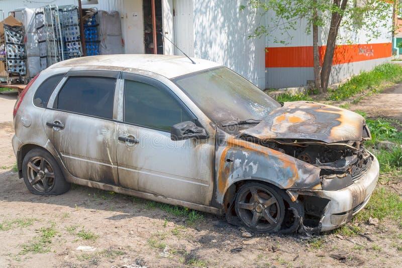 Carro queimado na rua imagens de stock royalty free