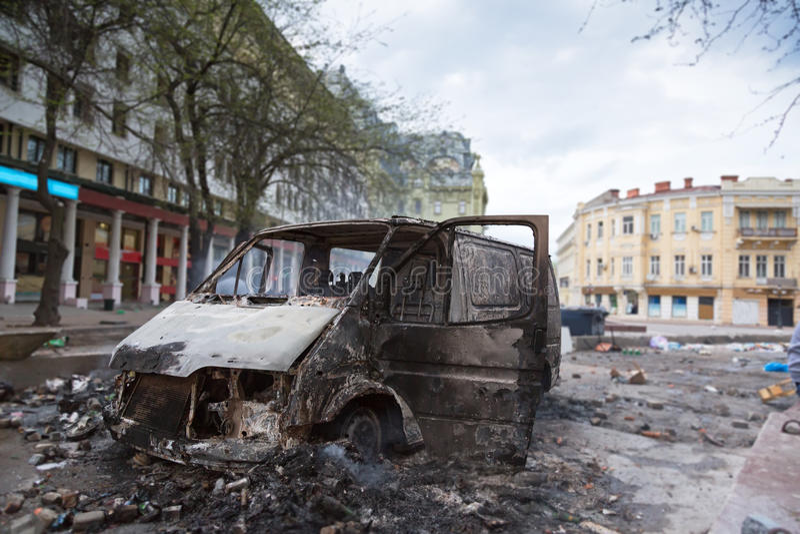 Carro queimado no centro da cidade após a agitação fotografia de stock royalty free