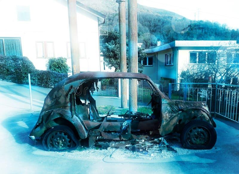 Carro queimado velho em um estacionamento nevado fotos de stock