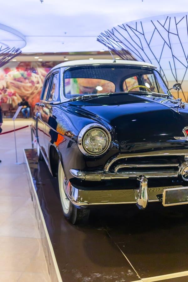 Carro raro GAZ-21 Volga no pódio em Novosibirsk, Rússia fotografia de stock