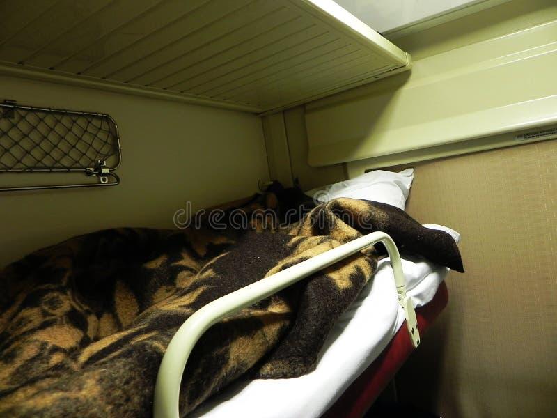Carro reservado do assento no trem Camas no trem interurbano Usado por passageiros para dormir e relaxar foto de stock royalty free