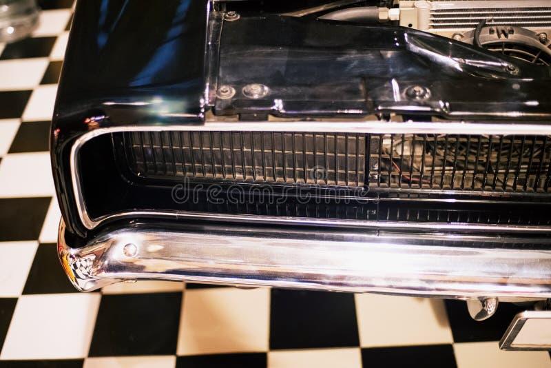 Carro retro clássico do vintage da lâmpada do farol na garagem retro fotografia de stock royalty free