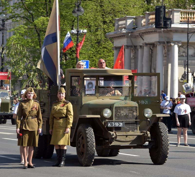 Carro retro da segunda guerra mundial e das mulheres no uniforme militar, foto de stock royalty free