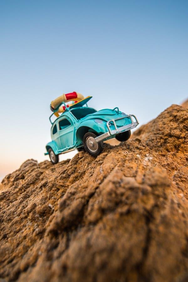 Carro retro do brinquedo na rocha fotos de stock royalty free