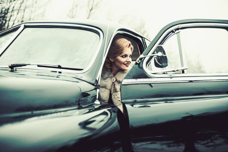 Carro retro e repara??o de autom?veis da cole??o pelo motorista o Escolta e agente de segurança para fotografia de stock royalty free