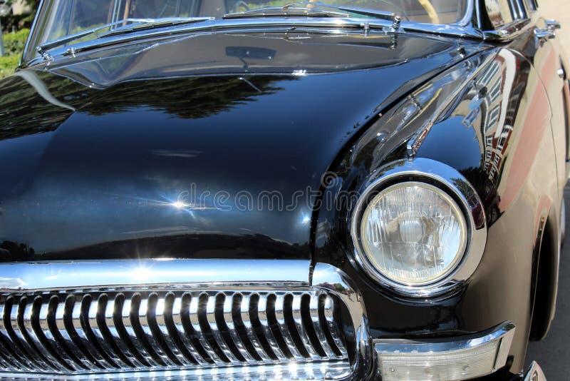 Carro retro estilo antigo da visão noturna do farol
