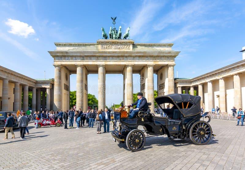 Carro retro preto na frente do Tor de Brandenburger da porta de Brandemburgo, Berlim, Alemanha imagens de stock