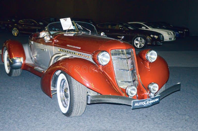 Carro retro vermelho na sala de exposições foto de stock