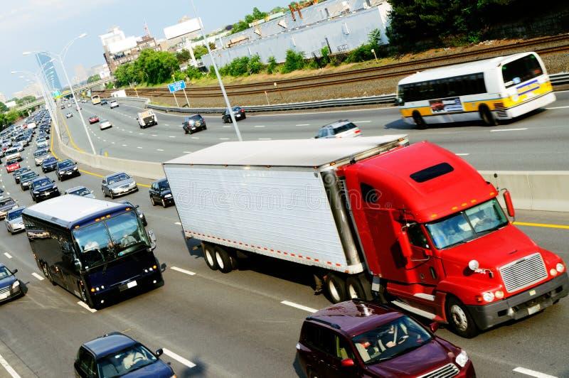 Carro rojo en la carretera fotografía de archivo